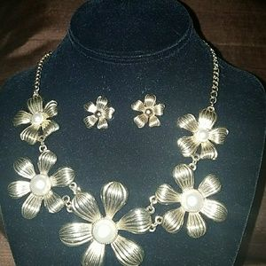 Flower Necklace w/ Pearl Accent Fashion Set